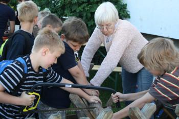Senior-Umwelttrainerin Irmgard Winkelnkemper bei der Arbeit mit Kindern. Foto: nh