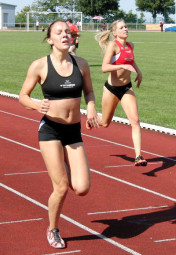Die 18-jährige Marie Wagner bleibt zurzeit die schnelste 400m-Läuferin im Schwalm-Eder-Kreis. Erneut konnte sie sich gegen Karolin Siebert mit 61,33 zu 61,83 Sekunden durchsetzen. Foto: Alwin J. Wagner