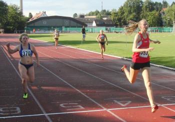 Kati Wagner überzeugte über 200 Meter mit 26,65 und ließ Karolin Siebert (ganz rechts) keine Chance. Foto: nh