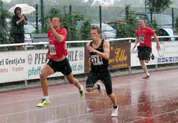 Bei strömenden Regen sprintete Michael Hiob die 100 m in 11,71 Sekunden. Foto: nh