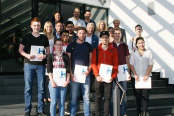 Die neuen Auszubildenden und Praktikanten mit ihren Abteilungsleitern, der geehrten Melanie Keim und Bernecker-Chef Conrad Fischer. Foto: nh