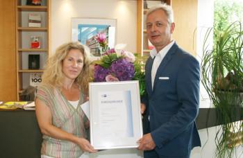 Die für 25-jährige Firmenzugehörigkeit geehrte Mediengestalterin Melanie Keim mit Conrad Fischer. Foto: nh