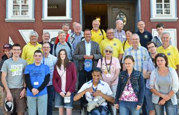 Gruppenbild mit Bürgermeister Markus Boucsein vor dem Melsunger Rathaus. Foto: nh