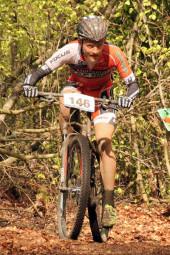 Der Melsunger Mountainbiker Max Feger im Trikot des Focus-Rapiro-Racing-Teams unterwegs auf der Strecke. Rang zwei auf der Mitteldistanz sprang am Ende für ihn heraus. Foto: nh