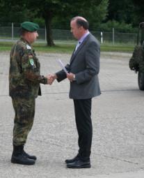 Oberstabsfeldwebel Wollrath erhält von Bürgermeister Klaus Wagner die Ehrenplakette der Gemeinde Oberaula in Silber sowie eine entsprechende Dankesurkunde. Foto: nh