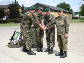 Oberstabsfeldwebel Stefan Krupp (neuer KpFw), Oberleutnant Jan-Eric von Zitzewitz-Schumann (KpChef), Oberstleutnant Karsten Krämer (Bataillonskommandeur) und Stabsfeldwebel Bernd Wollrath (ehem. KpFw) (v.l.). Foto: nh