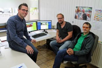 Alexander Dupont (Stadtmanager Stadt Schwalmstadt), Michael Gsänger (Mediengestalter Druckwerker) und Thomas Kölle (Geschäftsführer Druckwerker) (v.l.). Foto: nh