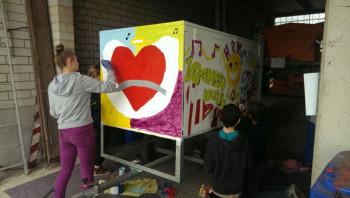 Luna Zinke, Myra Hördt, Dominik Diel und Nico Döring bei Malerarbeiten am Spielemobil. Foto: nh