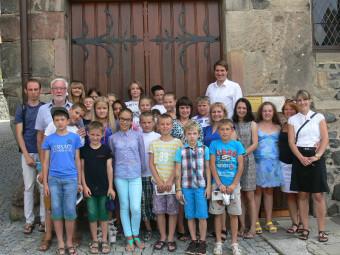 21 Kinder aus der Homberger Partnerstadt Stolin waren zu Besuch bei Bürgermeister Dr. Nico Ritz (hinten re.) im Homberger Rathaus. Sie wurden von Lehrkräften und Dieter Kirchner (2.v.l.) vom Partnerschaftsverein Stolin begleitet. Foto: Dittmer