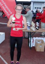 Lynn Olson nahm den Pokal für den 3. Platz für das MT-Team in Empfang. Foto; Alwin J. Wagner