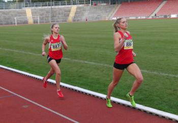 Karolin Siebert und Franziska Ebert beim abschließenden 800m-Lauf im leeren Auestadion. Foto: nh