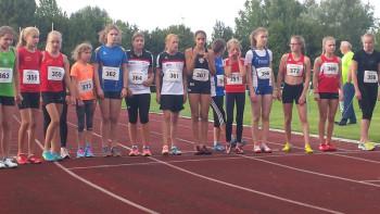 Start zum 800m-Lauf der Schülerinnen, wo es für die beiden Melsunger Vertreterinnen - ganz rechts - einen Doppelsieg gab. Foto: nh