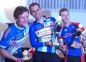 Siegerehrung bei den Bezirksmeisterschaften im Berzeitfahren: Leo Mayrhofer (2.), Philipp Sohn (1.) und Eiko Berlitz (3.) (v.l.). Foto: nh