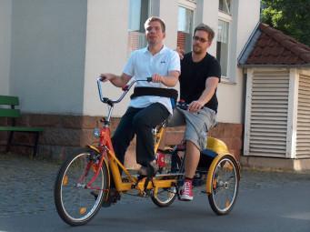 Mit einem Therapie-Tandem wie diesem können auch Menschen mit (körperlichen) Behinderungen Fahrradfahren. Die Anschaffung ist allerdings teuer, eine solche Spezialanfertigung kostet mehrere tausend Euro. Deshalb gibt es bei den Hephata-Festtagen eine von Unternehmen aus der Region unterstützte Spenden- und Mitmach-Aktion. Foto: nh