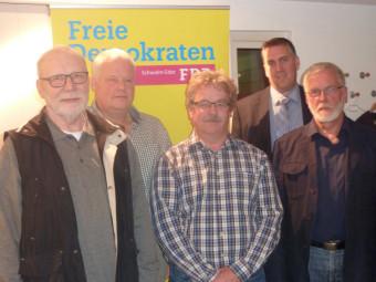 Henning-Hubertus Lucke, Holger Ritte-Mander, Wolfgang Müller, Nils Weigand (Vorsitzender FDP Schwalm-Eder) und Dr. Richard Gronemeyer (neue Vorsitzende der FDP Firtzlar) (v.l.). Foto: nh