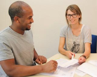 Zemen Johannes kam vor sechs Jahren aus Äthiopien nach Deutschland. Heute bietet er im Gespräch mit Projektkoordinatorin Clara Förster selbst seine ehrenamtliche Hilfe an. Foto: nh