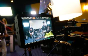 Die Musik zum Videoclip: Christian Durstewitz und seine Band beim Dreh in einem stillgelegten Kinosaal. Foto: nh