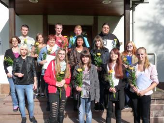 15 Frauen und Männer haben kürzlich erfolgreich die Prüfung der Altenpflegehilfe-Ausbildung an der Hephata-Akademie für soziale Berufe abgelegt. Foto: nh
