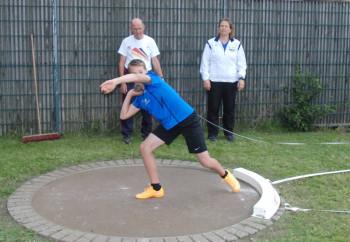 Der 12-jährige Jan Gille nähert sich mit der 4kg-Kugel der 8m-Marke. Foto: nh