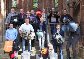 Prallgefüllte Gepäckstücke kommen für einen guten Zweck unter den Hammer. Foto: nh