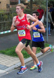 200 Meter vor dem Ziel überholt Jonas Uster den Melsunger und holte sich mit einer Sekunde Vorsprung den zweiten Platz. Foto: nh