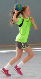 """Handballtalent Marie Sauerwald, sie wohnt in Günsterode, ist 13 Jahre jung und trägt schon seit ihrem 7. Lebensjahr das grüne Trikot. Das Zusatztraining in den Schulferien nutzt und genießt das heimische Talent sehr gern. """"In ihrer gezielten Entwicklung hat sie große Fortschritte gemacht"""", so Trainer Eugen Gisbrecht. Foto: nh"""
