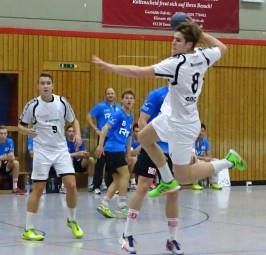 Johannes Golla (8) erzielt eins seiner fünf Tore beim ersten Bundesliga-Spiel der JSG-Jugend. Im Hintergrund beobachtet Magnus Rulff (9) die Szene. Foto:  Nadine Rohleder