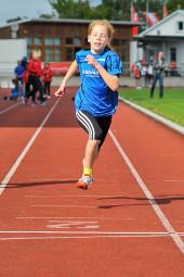 Die 10-Jährige Pia Gille beeindruckte nach ihrem 800m-Lauf, wo sie zum ersten Mal unter drei Minuten blieb, auch mit einem zweiten Platz im 50m-Sprint. Foto: nh