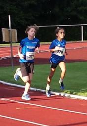Sarah Langheld und Alessia Oglialoro beim 800m-Lauf der W10. Foto: nh