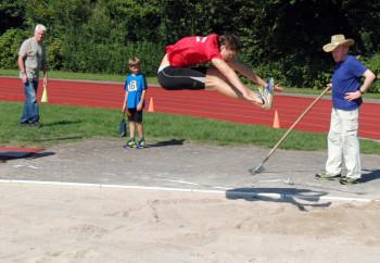 Tobias Stang flog im Weitsprung auf 6,27 m und siegte auch im Hochsprung. Foto: nh