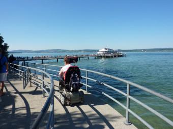 Barrierefreies Reisen bedeutet zum Beispiel, dass auch elektrische Rollstühle auf einem Ausflugsschiff mitgenommen werden. Foto: MosGiTo, Gisela Moser