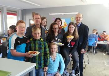 Sie freuen sich über die Erweiterung und Neuausstattung der Cafeteria gemeinsam mit den Schülerinnen und Schülern der Drei-Burgen-Schule:  Dr. Dieter Vaupel (Schulleiter), Karin Elias und Jochen Ritter (beide Vorstand des Förderkreises). Foto: nh