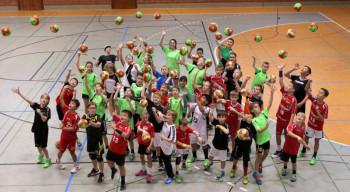 41 Handballkids aus der Region freuen sich über einen neuen Handball.  Foto: Ryszard Kasiewicz