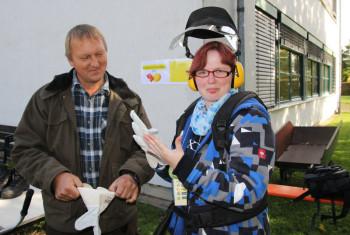 Melanie Well lässt sich von Martin Weinelt die Motorsense erklären. Foto: nh