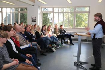 Prof. Dr. Herrmann Volker bei der Begrüßung der Erstsemester. Foto: nh