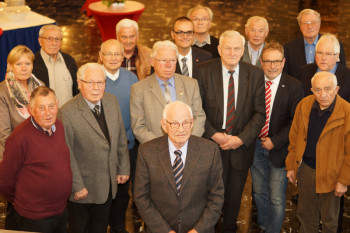 Vorne: Hans Ewald (70 Jahre Mitgliedschaft, Borken). Vorne (v.l.): Willi Eckhardt (65 Jahre Mitgliedschaft, Niedenstein), Johannes Geisel (60 Jahre Mitgliedschaft, Willingshausen), Karl Zinn (65 Jahre Mitgliedschaft, Jesberg), Willi Wolfram (60 Jahre Mitgliedschaft, Guxhagen), Ullrich Meßmer (IG Metall), Heini Keim (60 Jahre Mitgliedschaft, Wabern) sowie (hinten v.l.) August Hesse (65 Jahre Mitgliedschaft, Felsberg), Karl-Heinz Meyfarth (65 Jahre Mitgliedschaft, Homberg), Herbert Wedemeyer (65 Jahre Mitgliedschaft, Wabern), Karl Dippel (60 Jahre Mitgliedschaft, Felsberg), Willi Pfister (60 Jahre Mitgliedschaft, Gudensberg) und Franz Wilhelm (60 Jahre Mitgliedschaft, Wabern), sowie Elke Volkmann und Oliver Dietzel von der IG Metall Nordhessen und Festredner Manfred Schallmeyer. Foto: nh