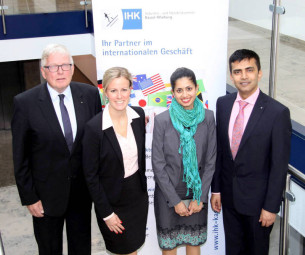 Dr. Walter Lohmeier (IHK-Hauptgeschäftsführer), Ann-Catherine Krauss vom India Desk der IHK Kassel-Marburg, Dr. Kasturi Dadhe (Education Officer & Secretary to Consul General) und der indische Generalkonsul Raveesh Kumar (v.l.). Foto: Meyer-Peters
