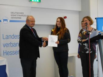 Jürgen Karpinski , Präsident des Zentralverbands Deutsches Kfz-Gewerbe (ZDK) überreicht Nadine Volkmer die Urkunde. Foto: Hans-Jürgen Grögor