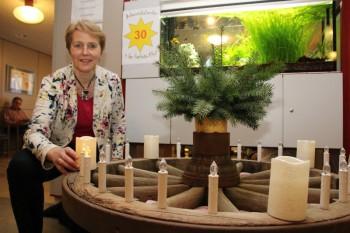 Inge Wickert am Adventskranz der Hephata-Klinik im vergangenen Jahr. Foto: nh
