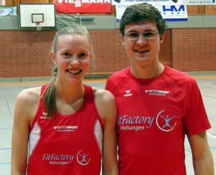 Katharina Wagner und Tobias Stang holten sich die Ehrenpreise für ihre Siege im Läufer-Dreikampf. Foto: Alwin J. Wagner