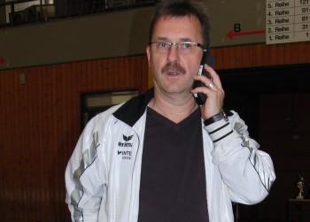 Hans-Jörg Engler, der MT-Leichtathletik-Chef, versucht noch während der Veranstaltung telefonisch Mitarbeiter der Stadt Melsungen telefonisch zu erreichen. Foto: Alwin J. Wagner