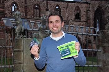 Stadtmanager Alexander Dupont mit den neuen Schwalmstädter Geschenk-G.u.T.scheinen. Foto: nh