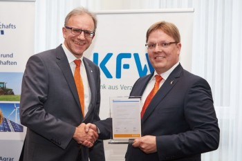 Vorstandsvorsitzender Helmut Euler (l.) gratuliert Björn Müller (r.) zur herausragenden Auszeichnung. Foto: nh