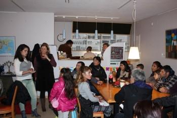 Einladung zum bulgarischen Café: Organisatoren Ivelina Ivanova (l.) und Dorothea Hamacher (2. v.l.) vom Arbeitskreis Willkommen. Foto: nh