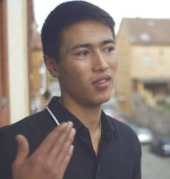"""Mahdi (17) aus Afghanistan lebt seit mehreren Jahren in einer Wohngruppe der Hephata-Jugendhilfe. Gemeinsam mit drei Hephata-Mitarbeitenden aus dem Arbeitsgebiet """"unbegleitete minderjährige Ausländer"""" ist er für einen Kinospot vor die Kamera getreten. Der Spot soll dabei helfen, pädagogische Fachkräfte und Quereinsteiger in soziale Berufe für eine Mitarbeit zu begeistern. Foto: nh"""