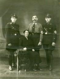 Fotografie der Familie Pittschellis Ende der 1930er Jahre, zu diesem Zeitpunkt war Sohn Ernst SS-Hauptscharführer und Sohn Adolf SS-Obersturmführer. Foto: Archiv Thomas Schattner