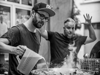 Mark Forster stand für Kochen Unplugged 2 genauso mit Christoph Brand am Kochgerät wie ... Foto: Image Acency