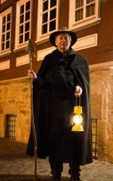 Volker Wiegand zeigt Interessierten die dunkle Seite der Stadt Melsungen. Foto: nh