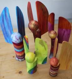 So können die fertigen Engel-Holzskulpturen aussehen. Foto: nh