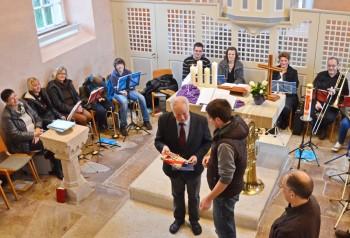 Chorleiter Andreas Ludwig überreicht das Geschenk des Chors an Gottlob Hocke, rechts vorn Ulrich Rebmann. Fotos: privat